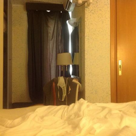 Distanza tra letto e porta del bagno (a sx larmadio) - Foto di Hotel ...