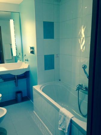 Bagno con doccia e vasca   picture of novotel bologna fiera ...