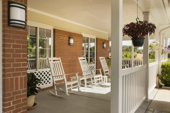 Country Inn & Suites By Carlson, Covington, LA: Outdoor Porch Area