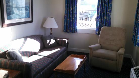 Fisherman's Wharf Inn: sitting area in room 101