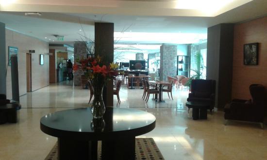 Orfeo Suites Hotel: Bar visto desde la zona de desayuno