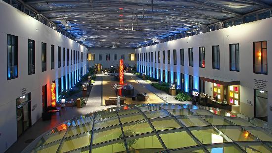 Mercure Hotel MOA Berlin: Atrium bei Nacht