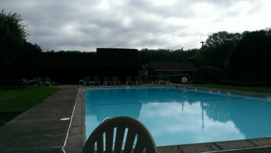 Crescent Lodge & Country Inn: Large pool with generous deck