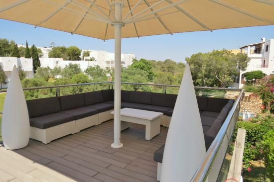 Ferrera Beach Apartments: Pool shaded lounge area