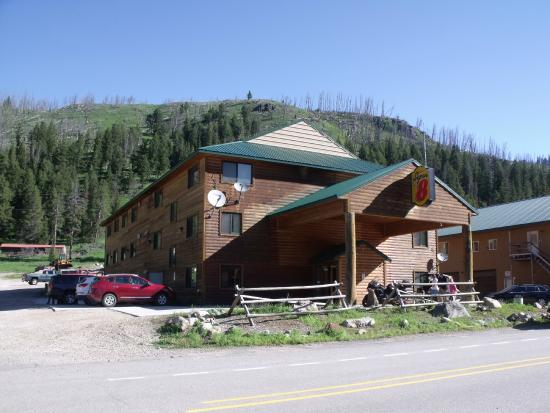 Super 8 Cooke City Yellowstone Park Area: Hotel
