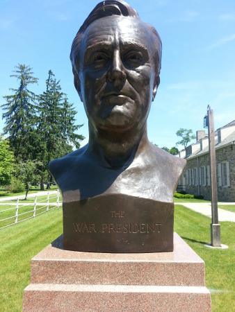 Franklin D. Roosevelt Presidential Library and Museum: Sculpture in back