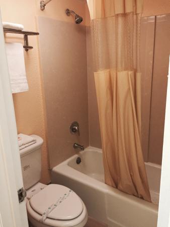 Norfolk - Days Inn Military Circle: Guest Bathroom