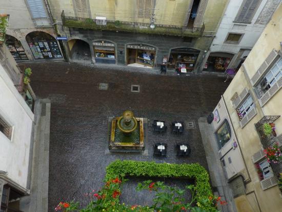 Hotel Agnello d'Oro: Вид из окна 4-го этажа на фонтан