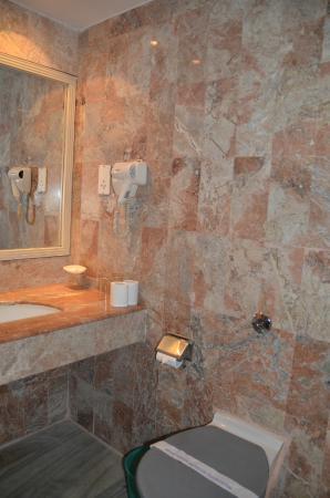 Malla Hotel: łazienka