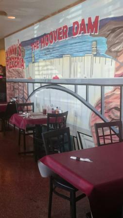 Vinny's Pizzeria: Great painted walls