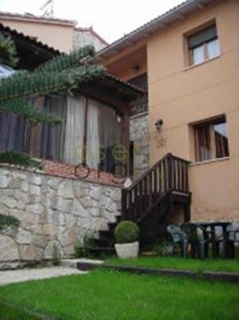 Hotel Rural Restaurante El Yantar de Gredos: JARDIN  ENTRADA