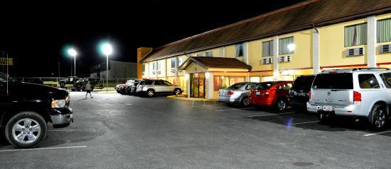 Econo Lodge: nighttime