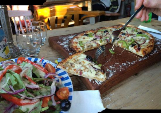Glaslough, Irlanda: Veggie pizza and delicious salad of beet green, chard, arugula, spinach, red pepper& onion in a