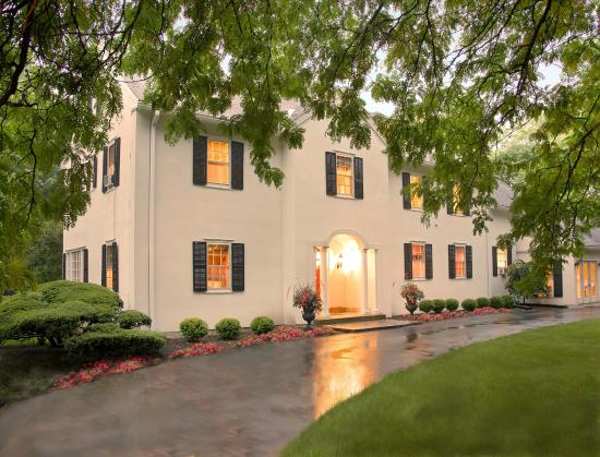 10 Fitch Luxurious Romantic Inn: Welcome on a rainy day in July