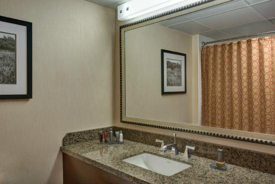 Torrance Marriott Redondo Beach: bathroom