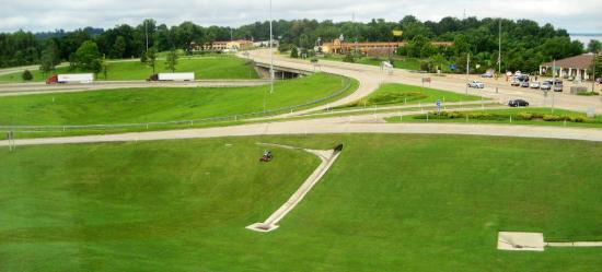 Ameristar Casino Hotel Vicksburg: Wel kept lawn in front of the hotel