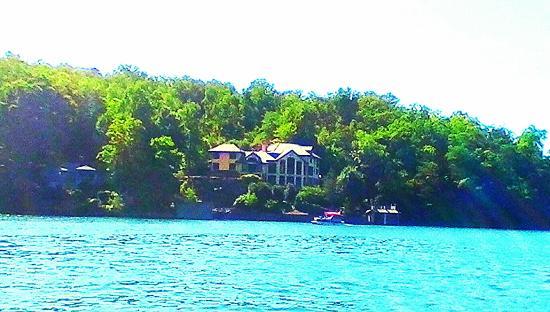 Lake Lure, Carolina do Norte: One of many beautiful homes on lake