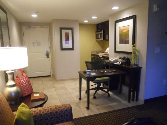 Homewood Suites by Hilton Joplin: Kitchen and business desk
