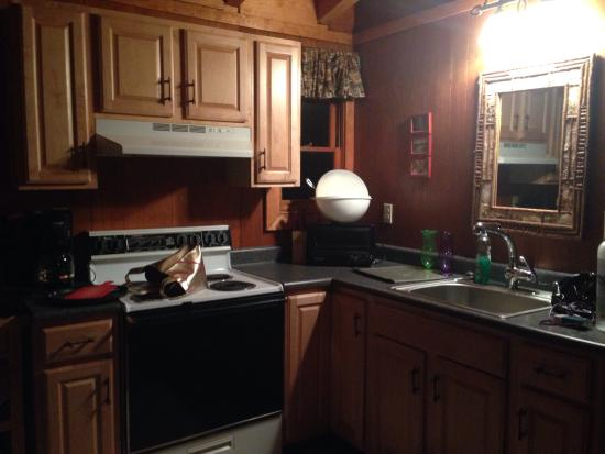 Adirondack Diamond Point Lodge: Spacious kitchen area