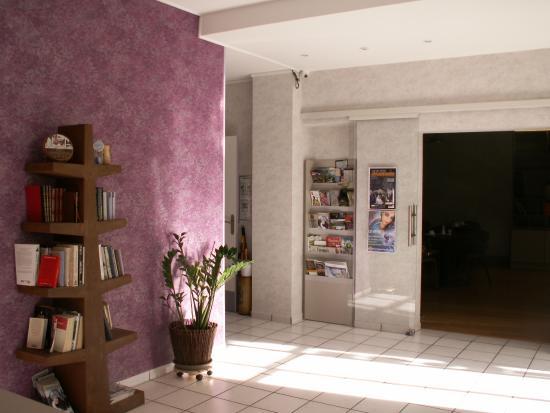 Arverna Citotel Vichy: Vue Réception bibliothèque et meuble brochures touristiques