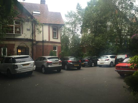 Oakfield Lodge Guest House: Parking facilities in front of the building