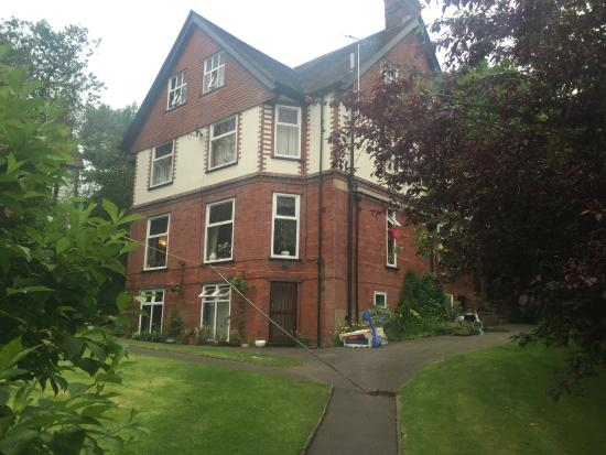 Oakfield Lodge Guest House: Back view of the building