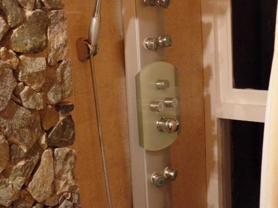 Baño Con Ducha Escocesa:Terraza con parilla y muebles de hierro forjado: fotografía de Runa