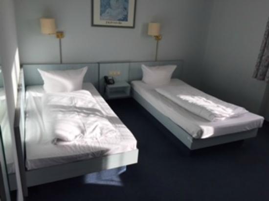 zimmer mit zwei einzelbetten katastrophen matratzen bild von atrium hotel frankfurt am main. Black Bedroom Furniture Sets. Home Design Ideas