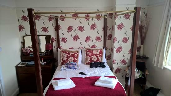 The Downs Hotel: Large room four post bed.