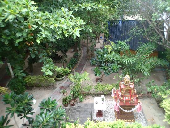 Koh Tao Tropicana Resort: Tropicana's courtyard, from our balcony