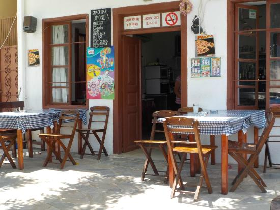 Omonoia Cafe: View of the kafeneion from the table