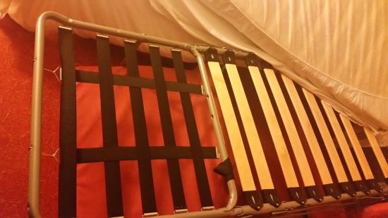 Canal Suites (Suite Home): bed frame, military style :-(