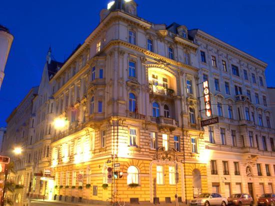 Hotel Drei Kronen: Hotel exterior by night