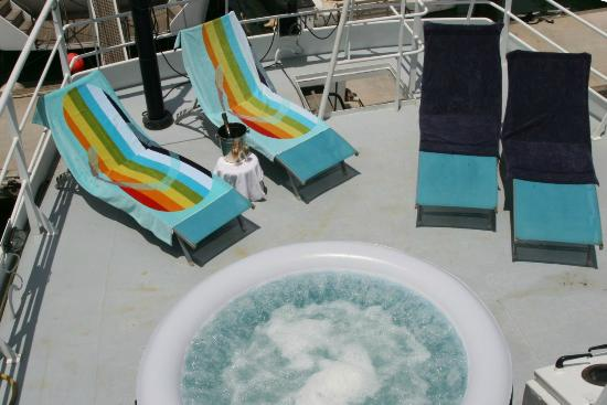 St. Katharine B&B Boat : Enjoy and relax in our jacuzzi on the St. Katharine