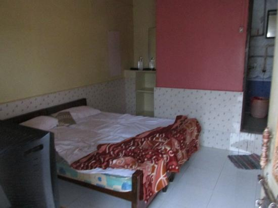Padma Guest House : Room, old and creaky furniture