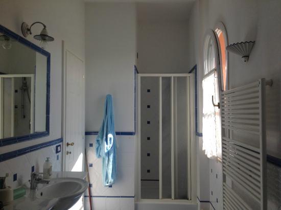 Bagno con doccia e vasca   picture of b&b la lavande, tonfano ...