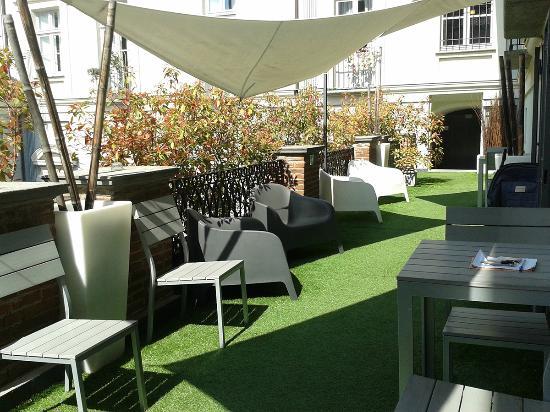 Terres d'Aventure Suites: Piccolo patio all'ingresso del b&b