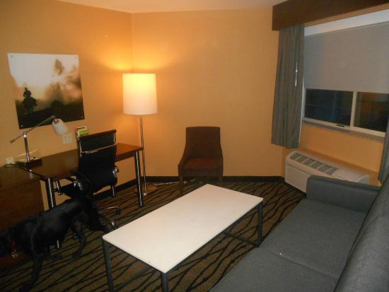 La Quinta Inn & Suites Butte: Living room area of suite