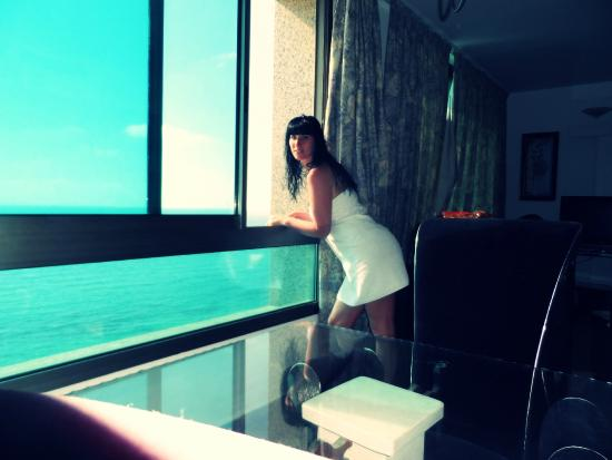 Carmel Hotel Holiday Apartments: Большое окно на вид на море...