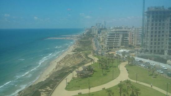 Carmel Hotel Holiday Apartments: Вид одной из комнат на пляж