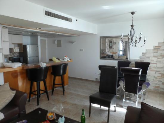 Carmel Hotel Holiday Apartments: Гостиная совмещенная с кухней
