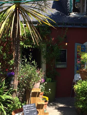 Creperie Chez Renee : Chez Renée l'entrée de la crêperie côté jardin