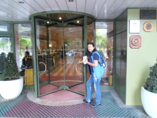 Eli en la puerta del hotel picture of maritim hotel for Nurnberg hotel