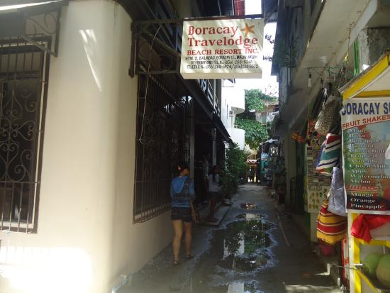 Boracay Travelodge Beach Resort: street to the hotel (outside the hotel)