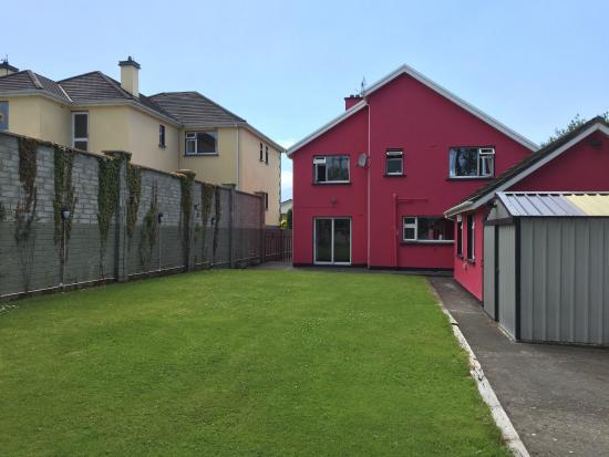 Muckross Drive House B&B: Garden are
