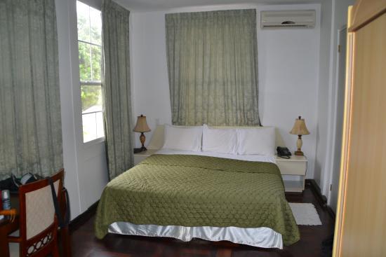 Hotel La Petite Maison: Notre chambre coté cour