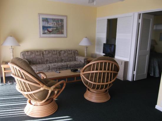 Lahaina Inn Resort: Living room area
