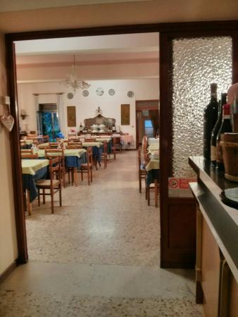 La sala da pranzo ed il bar - Bild von Ristorante Bar Scovolo, San ...