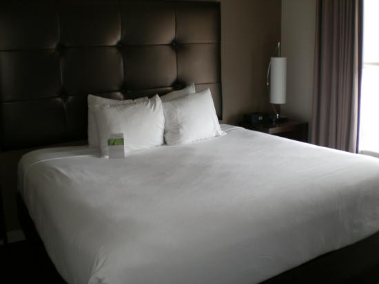 HYATT House Richmond-West: Large king-sized bed.
