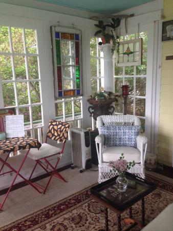 Stirling House Bed and Breakfast: Sun porch/parlor